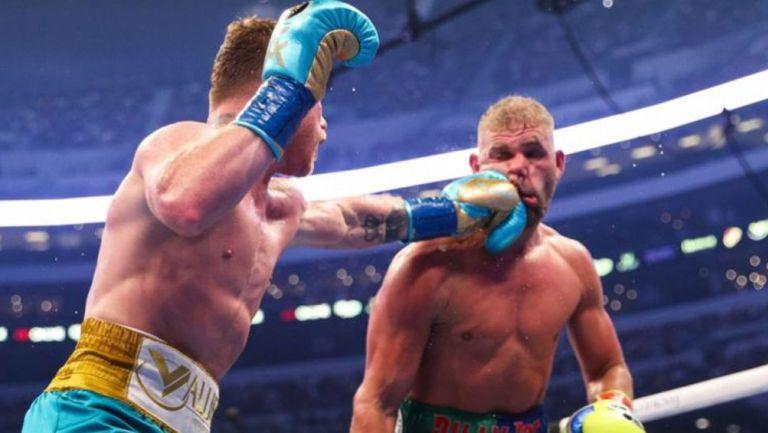 Canelo golpeando a Saunders en el AT&T Stadium