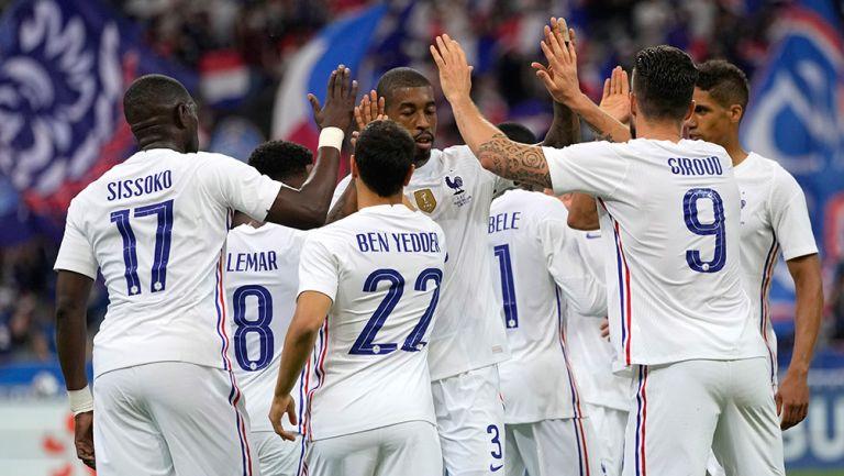 Futbolistas de Francia festejan un gol