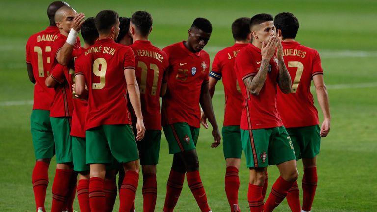 Futbolistas de Portugal celebran una anotación