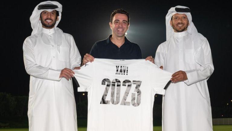 Xavi Hernández posa con el jersey del Al Sadd