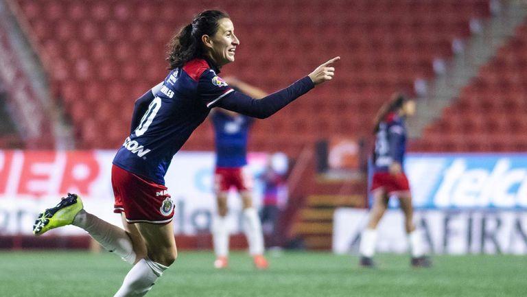 Tania Morales festeja un gol con Chivas Femenil