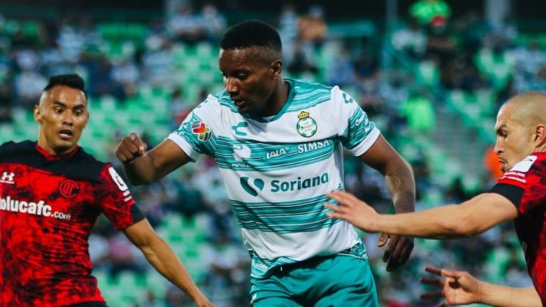 Juan Ferney Otero en acción con Club Santos Laguna