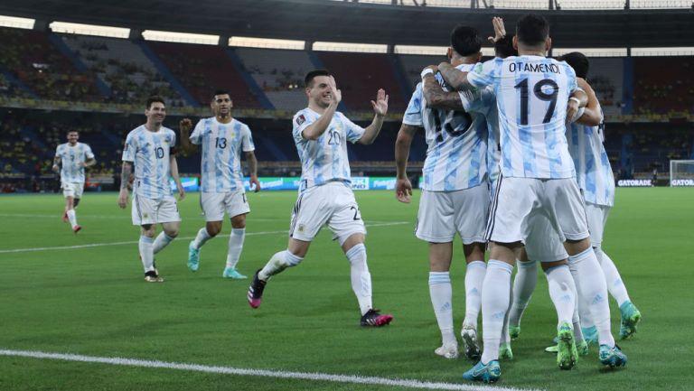 Jugadores de Argentina festejan una anotación