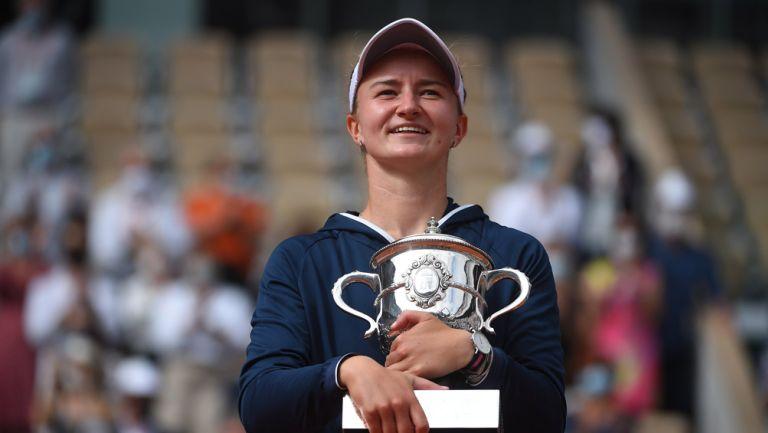 Krejcikova sonríe tras consagrarse en Roland Garros