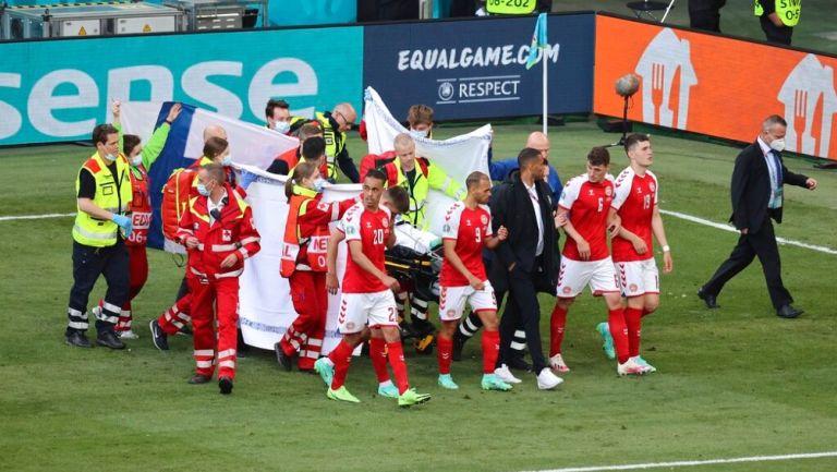Christian Eriksen sale en camilla del partido contra Finlandia en la Eurocopa