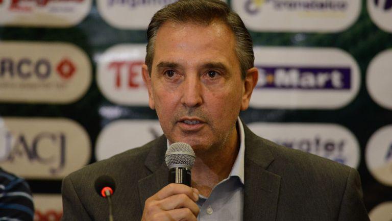 Miguel Ángel Garza en conferencia ante los medios