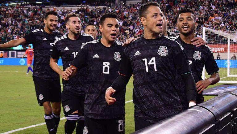 Chicharito festeja un gol con el Tri