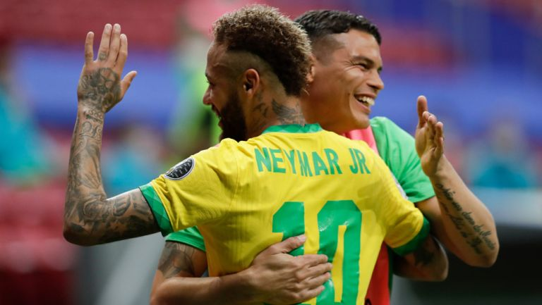Thiago Silva celebra con Neymar en un duelo de Brasil