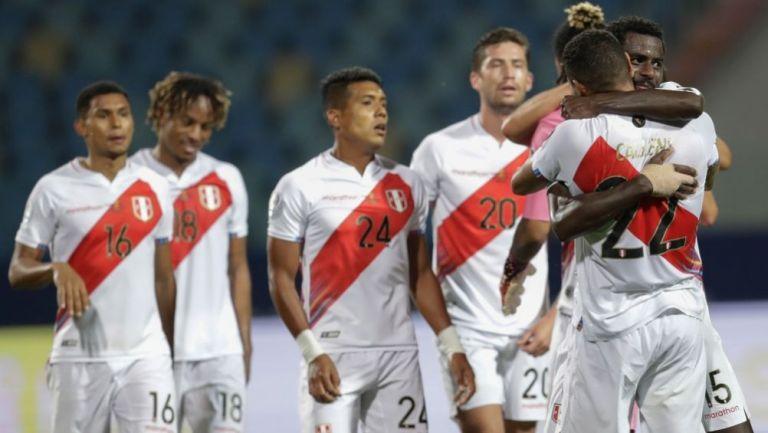 Jugadores peruanos festejando la victoria sobre Colombia