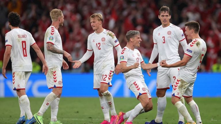 Jugadores daneses celebran victoria vs Rusia
