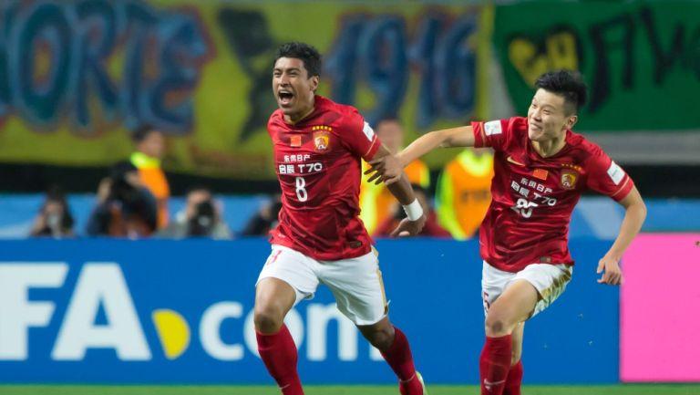 Paulinho durante un partido con el Guangzhou FC