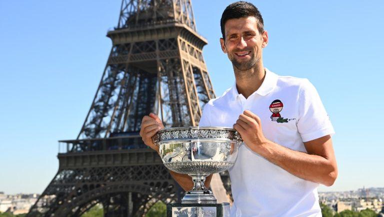 Novak Djokovic posa con el trofeo Roland Garros en la torre Eiffel