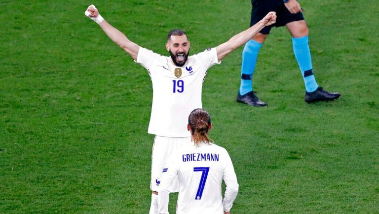 Benzema y Griezmann celebrando un gol con Francia