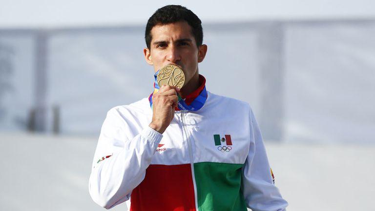 Rommel Pacheco besa su medalla en Centroamericanos de 2018
