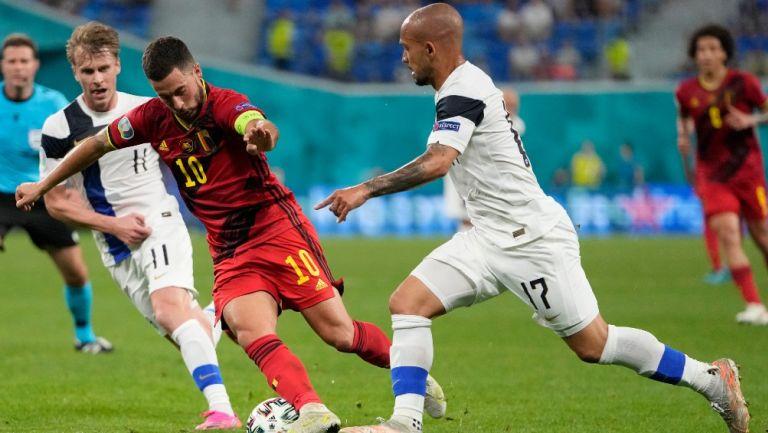 Eden Hazard en acción contra Finlandia en la Eurocopa 2020