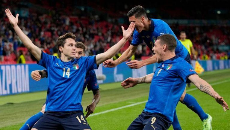 Jugadores de Italia festejando el gol de Chiesa