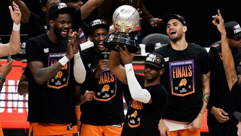 Paul levanta el trofeo de Campeón del Oeste