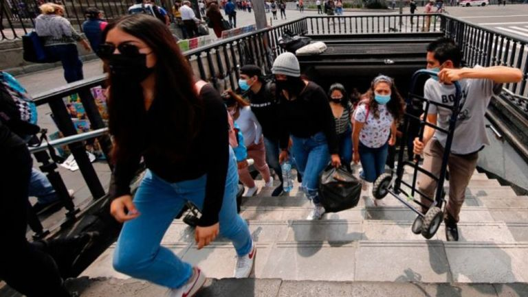 Habitantes de la CDMX saliendo del metro