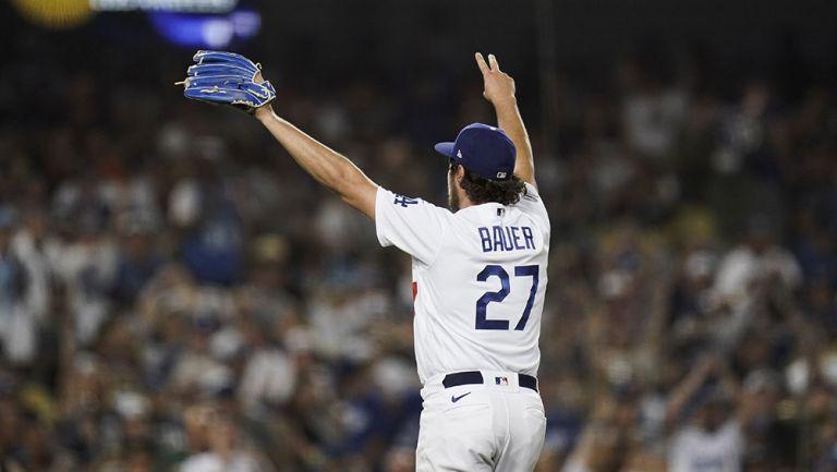 Trevor Bauer durante un partido con Dodgers