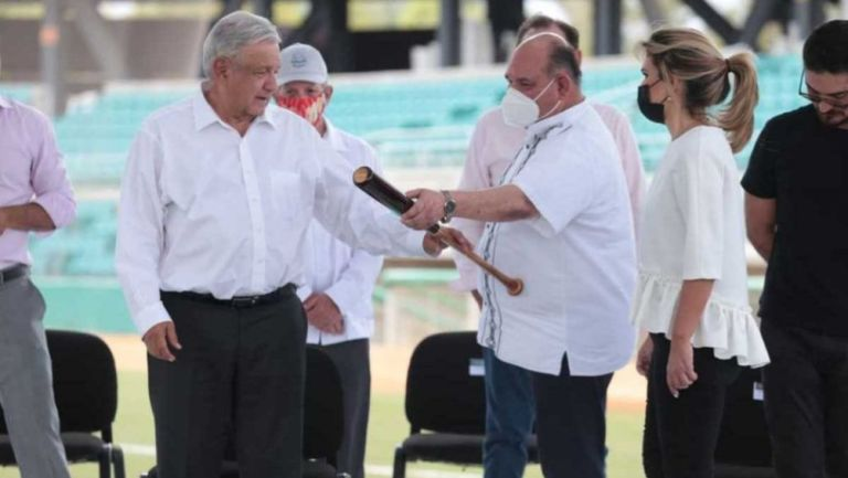 AMLO en la reinauguración del estadio de beisbol en Sonora