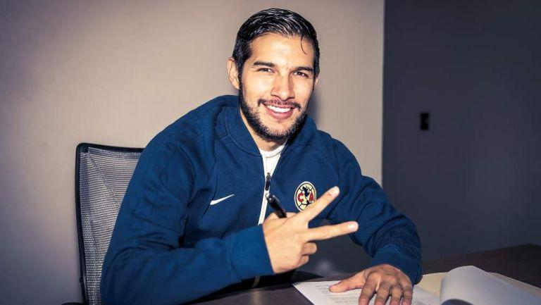 Chucho López firmando