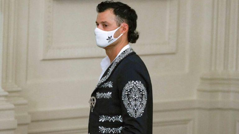 Joe Kelly con chaqueta de mariachi en la Casa Blanca