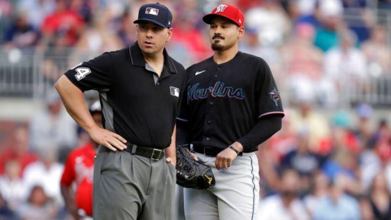Pablo López hablando con un umpire