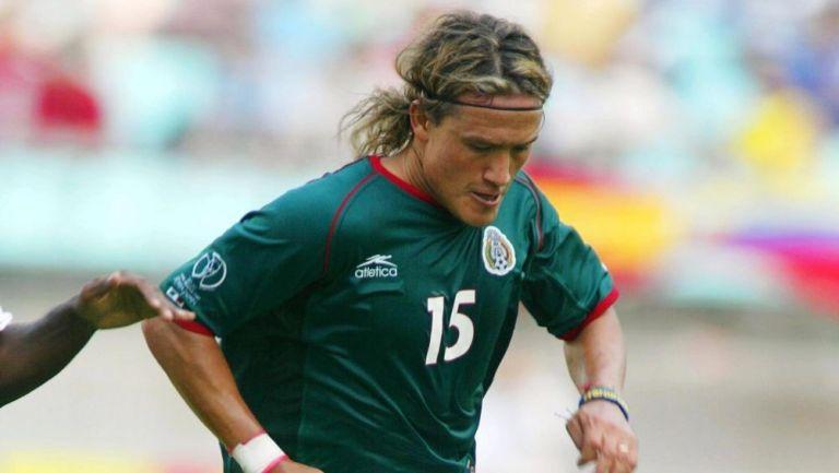 Luis Hernández en un partido con la Selección Mexicana