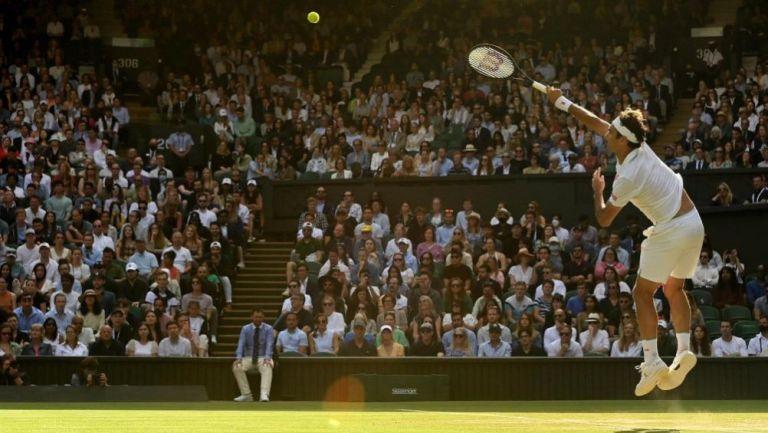 Roger Federer en acción en Wimbledon