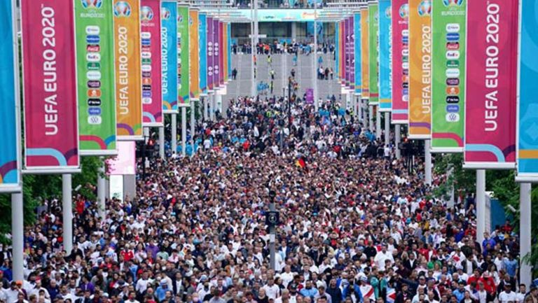 Aficionados ingleses afuera de Wembley