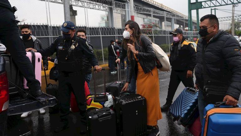 Piden a viajeros mexicanos tomar medidas ante variantes