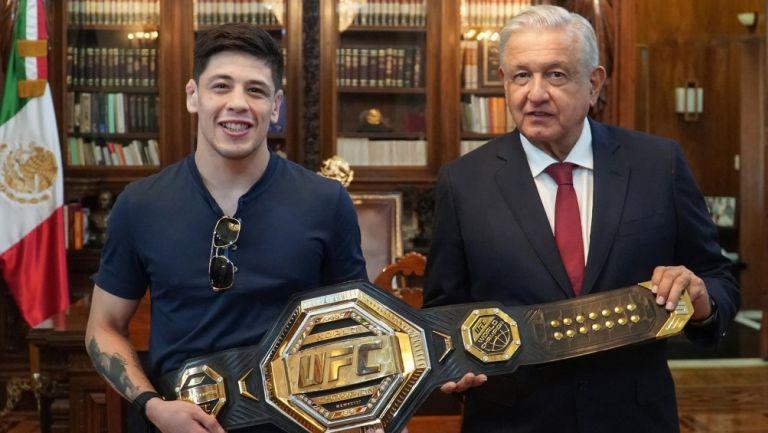 Brandon Moreno y AMLO en Palacio Nacional