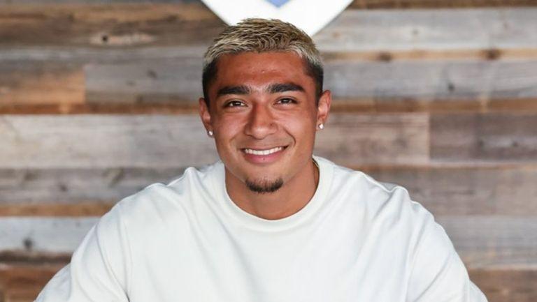 Julián Araujo en su renovación con el Galaxy