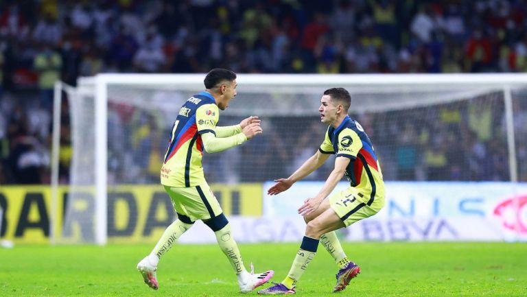 Suárez y Fidalgo celebrando un gol con América