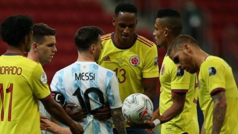 Messi y Mina discuten durante el partido