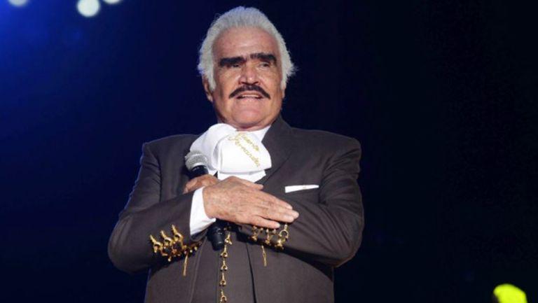 Vicente Fernández interpretando una melodía