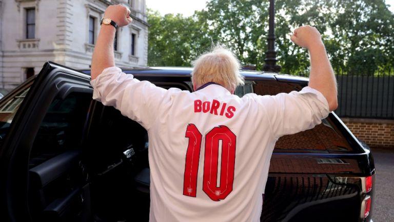 Boris Johnson porta la playera de la selección inglesa