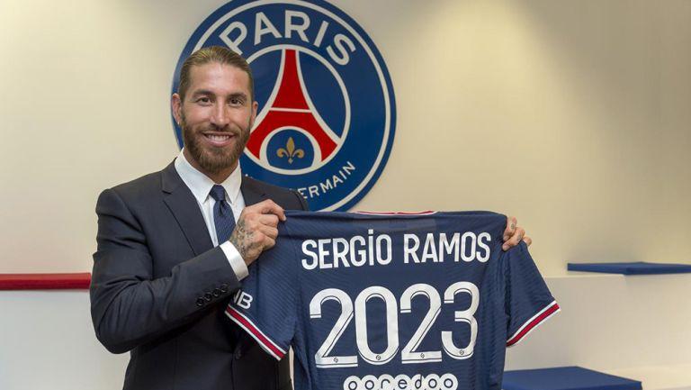Sergio Ramos posa con la camiseta del PSG