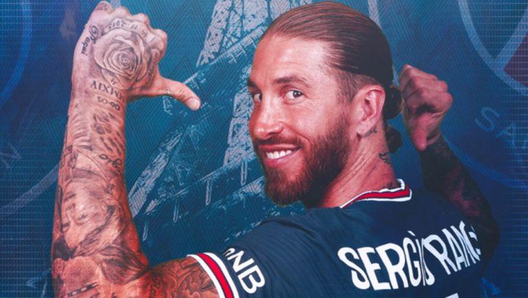 Sergio Ramos posa con la playera del PSG
