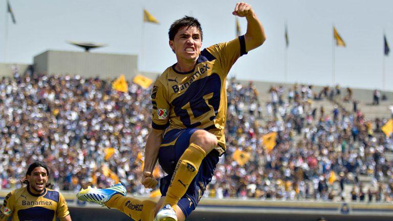 Efraín Velarde festeja un gol con Pumas
