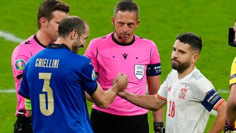 Giorgio Chiellini y Jordi Alba tras el sorteo previo a penaltis
