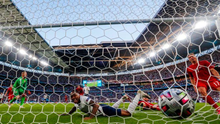 Raheem Sterling anota gol durante la Eurocopa 2020