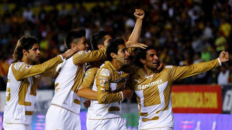 Martín Bravo festeja un gol junto a Velarde y otros jugadores de Pumas