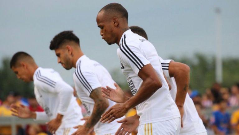 Jugadores de Tigres previo a un duelo de pretemporada