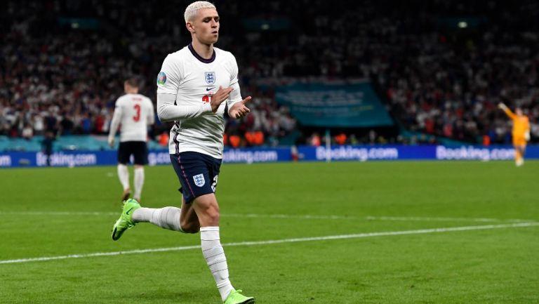 Phil Foden sale de la cancha durante la Eurocopa