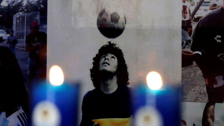 El retrato del 'Pibe de Oro' en un altar acompañado por velas