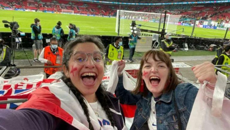 Nina y su amiga en la Semifinal entre Inglaterra y Dinamarca
