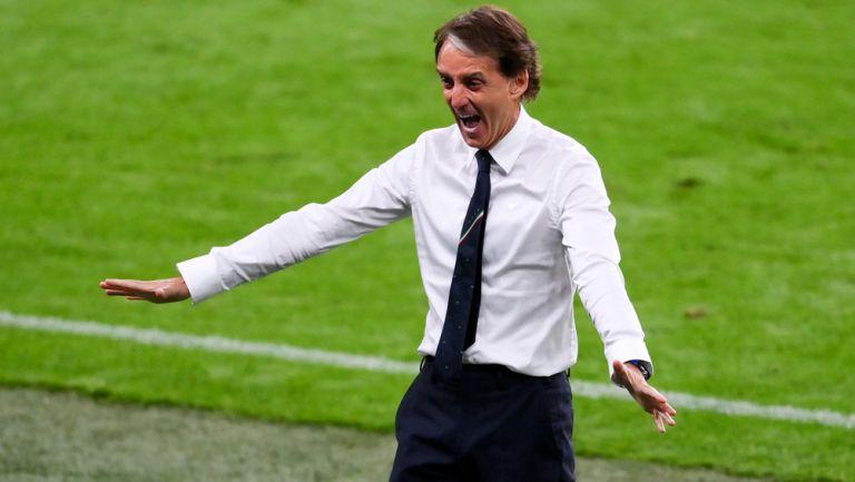 Roberto Mancini festeja un gol de Italia en la Euro