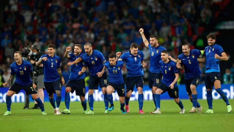 Jugadores de Italia corren tras la parada final de Donnarumma