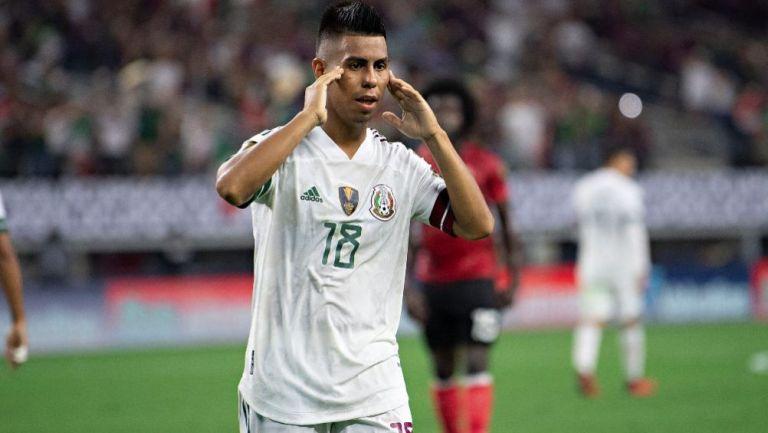 Efraín Álvarez en acción con México